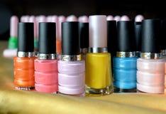 Colorido de las botellas del esmalte de uñas Imagenes de archivo