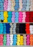 Colorido de las lanas de las bolas del hilado en una tienda de la tela Imagen de archivo