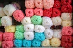 Colorido de las lanas de las bolas del hilado en una tienda de la tela Imágenes de archivo libres de regalías