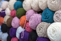 Colorido de las lanas de las bolas del hilado en una tienda de la tela Fotografía de archivo libre de regalías