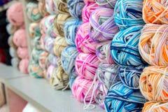 Colorido de las lanas de las bolas del hilado en una tienda de la tela Fotos de archivo