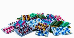 Colorido de las píldoras antibióticos de la cápsula aisladas en el paquete de ampolla aislado en el fondo blanco con el espacio d fotos de archivo
