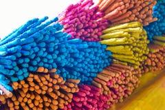 Colorido de los palillos de ídolo chino o de los palillos del incienso Fotos de archivo libres de regalías