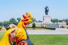 Colorido de muchas estatuas del gallo en rey Naresuan Monument imagen de archivo