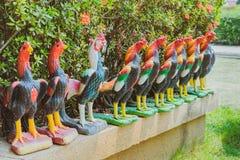Colorido de muchas estatuas del gallo en rey Naresuan Monument fotografía de archivo libre de regalías