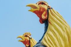 Colorido de muchas estatuas del gallo en rey Naresuan Monument fotografía de archivo