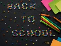 Colorido DE NUEVO a palabras de la ESCUELA con la parte de extremidades del lápiz del color mostradas en el marco Concepto de nue Imagen de archivo