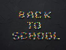 Colorido DE NUEVO a palabras de la ESCUELA con la parte de extremidades del lápiz del color mostradas en el marco Concepto de nue Fotos de archivo