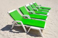 Colorido de sillas de cubierta en la playa en Sunny Day, Pattaya Fotografía de archivo