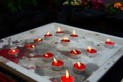 Colorido de velas del aroma en la bandeja del cemento imagen de archivo