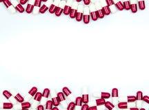 Colorido del antibiótico encapsula las píldoras aisladas en el fondo blanco con el espacio de la copia fotos de archivo libres de regalías
