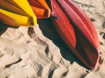 Colorido del barco de los kajaks en la playa Foto de archivo libre de regalías