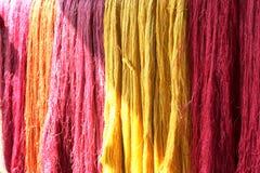 Colorido del hilo de seda crudo Foto de archivo