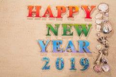 Colorido do ano novo feliz 2019 do alfabeto na praia imagem de stock royalty free