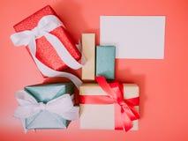 Colorido do grupo da caixa atual e cumprimente o cartão com wraping b fotografia de stock royalty free