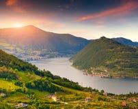 'Colorido do oÑ da manhã do outono o lago Iseo Itália, cumes Imagens de Stock
