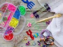Colorido do tear elástico do arco-íris une o jogo e os braceletes Imagem de Stock