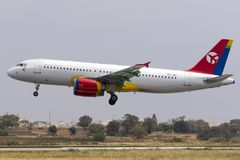 A320 colorido en acercamiento final Foto de archivo
