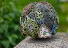 Colorido fazer crochê a malha em um bombardeio do fio da pedra da rocha Fotos de Stock Royalty Free