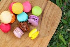 Colorido multi de los macarrones franceses es delicioso Foto de archivo libre de regalías