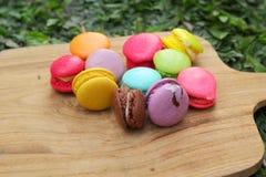 Colorido multi de los macarrones franceses es delicioso Foto de archivo