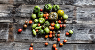 Colorido os tomates verdes e vermelhos para o vegetariano saudável orgânico fazem dieta Fotografia de Stock Royalty Free