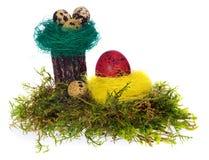 Colorido pintado à mão dos ovos da páscoa no ninho do pássaro, musgo da floresta, Foto de Stock Royalty Free