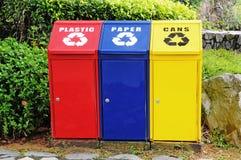 Colorido recicl escaninhos Fotos de Stock Royalty Free