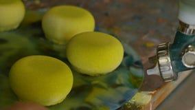 Colorindo os bolos com um pulverizador Bolos do verde imagem de stock