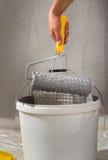 Colorindo a parede com rolo Imagens de Stock Royalty Free