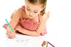 Coloritura della ragazza con le matite fotografia stock