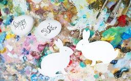 Coloritura delle uova di Pasqua e della lepre di pasqua Immagine Stock