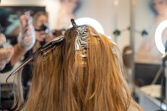 Coloritura di capelli ai capelli il salone immagini stock