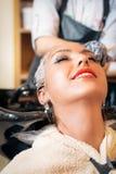 Coloritura di capelli nel salone Immagine Stock