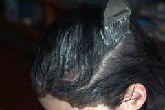 Coloritura di capelli in un salone di bellezza immagini stock