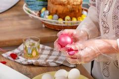 人绘一个鸡蛋由多苯乙烯制成 Colorized丙烯酸酯的鸡蛋 免版税图库摄影