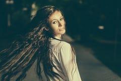 Colorized bild av långa haired kvinnor som skakar henne Arkivfoton
