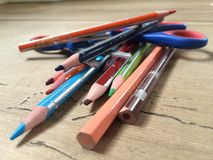 Colorpencils和剪刀 免版税库存照片