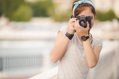 colors den slappa kvinnan för fotografståenden ung soft för fält för färgpildjup grund Arkivbilder
