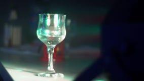 Colorstage Het rode licht glanst op het glas stock footage