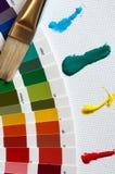 Colorwheel met borstel en verfslagen Royalty-vrije Stock Foto's
