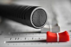 Colose up hi fi kondensatorowy mikrofon z czerwonym obruszenie poziomem Obraz Royalty Free