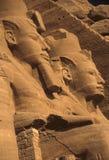 Coloso de Rameses II, figuras asentadas foto de archivo