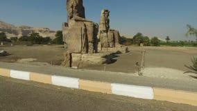 Colosos de la sentada de Amenhotep III del faraón de las estatuas de Memnon en Luxor, Cisjordania almacen de video