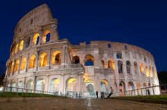 Colosseo和石街道在晚上在罗马-意大利 免版税库存照片