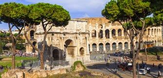 Colosseo和Arco di科斯坦蒂诺,罗马 图库摄影