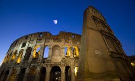 Colosseo bis zum Nacht Lizenzfreies Stockfoto