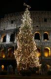 Colosseo con el árbol de navidad en la noche. Roma, Italia fotografía de archivo