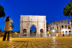 Colosseo e opinião da noite de Arco di Constantino fotografia de stock
