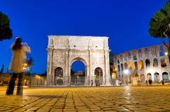 Colosseo e vista di notte del Arco di Constantino Fotografia Stock